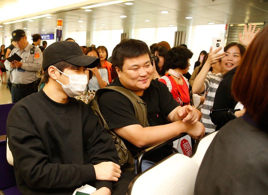 韓團INFINITE的當家明星L(金明洙)中午搭乘KE-691班機抵達桃園機場。...