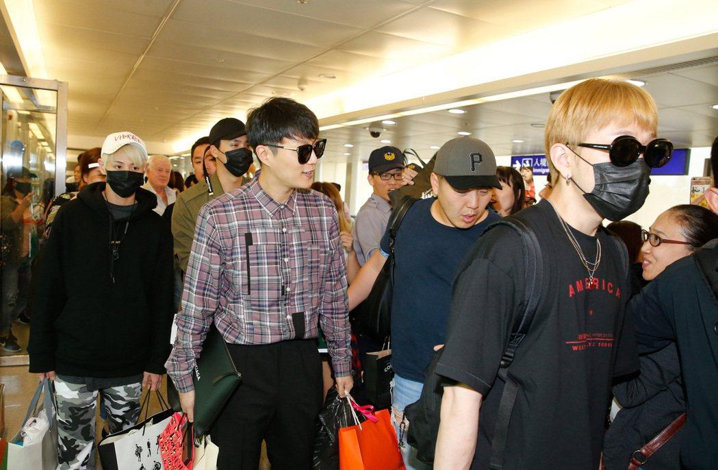 重新出發的韓團Highlight中午搭乘KE-691班機抵達桃園機場。記者鄭超文...