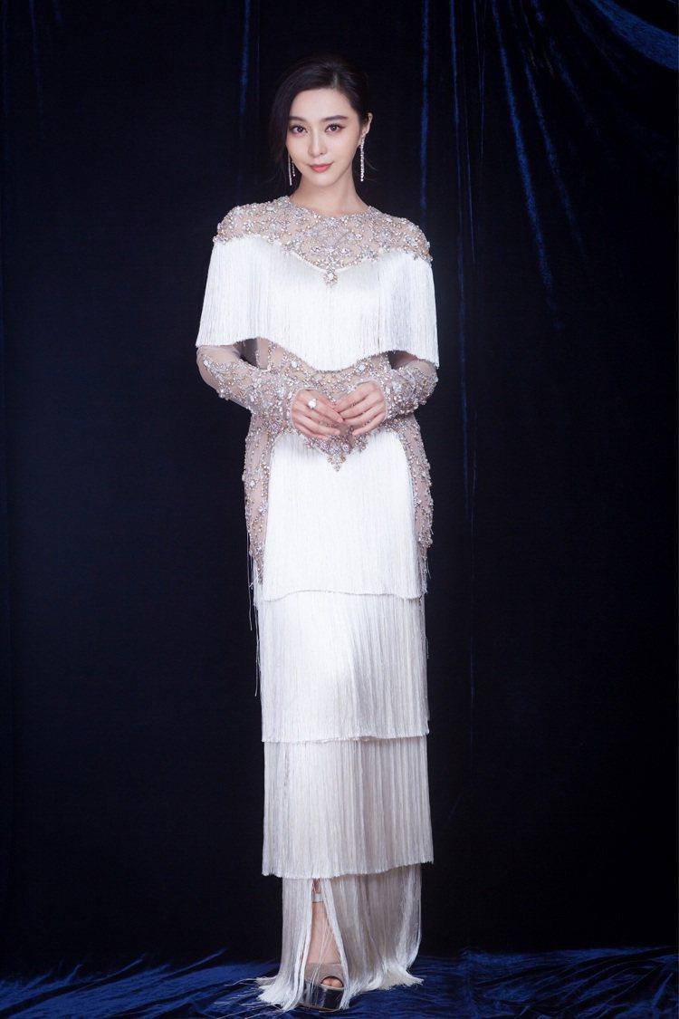 范冰冰配戴DE BEERS鑽石珠寶優雅亮相北京慈善活動。圖/DE BEERS提供