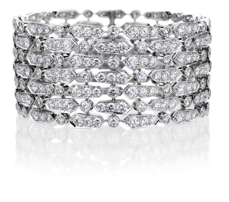 凱特溫絲蕾配戴的De Beers Phenomena Glacier七層鑽石手環...