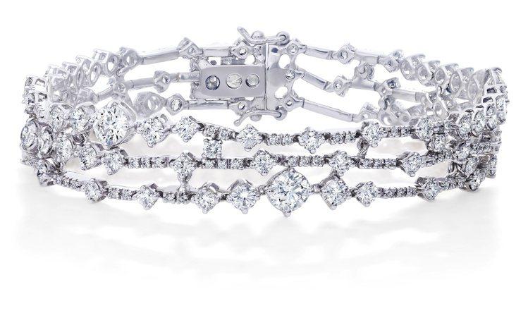 凱特溫絲蕾配戴的De Beers Arpeggia三層鑽石手鍊。圖/DE BEE...
