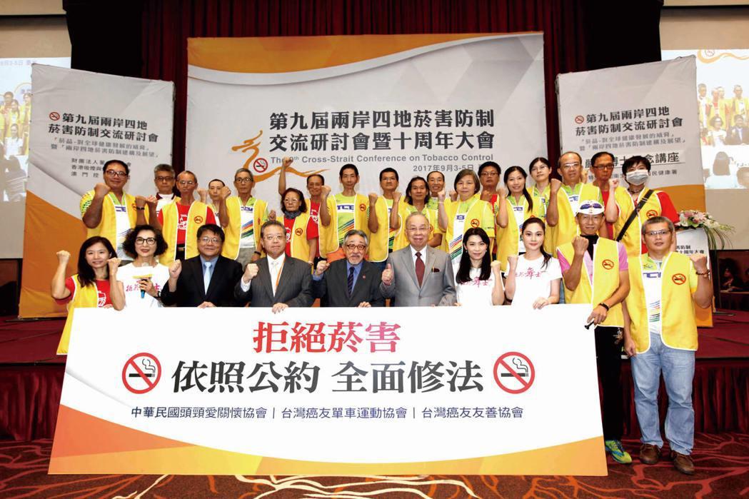 董氏基金會等125個民團組成的「台灣拒菸聯盟」,日前依據「菸草控制框架公約」提出...