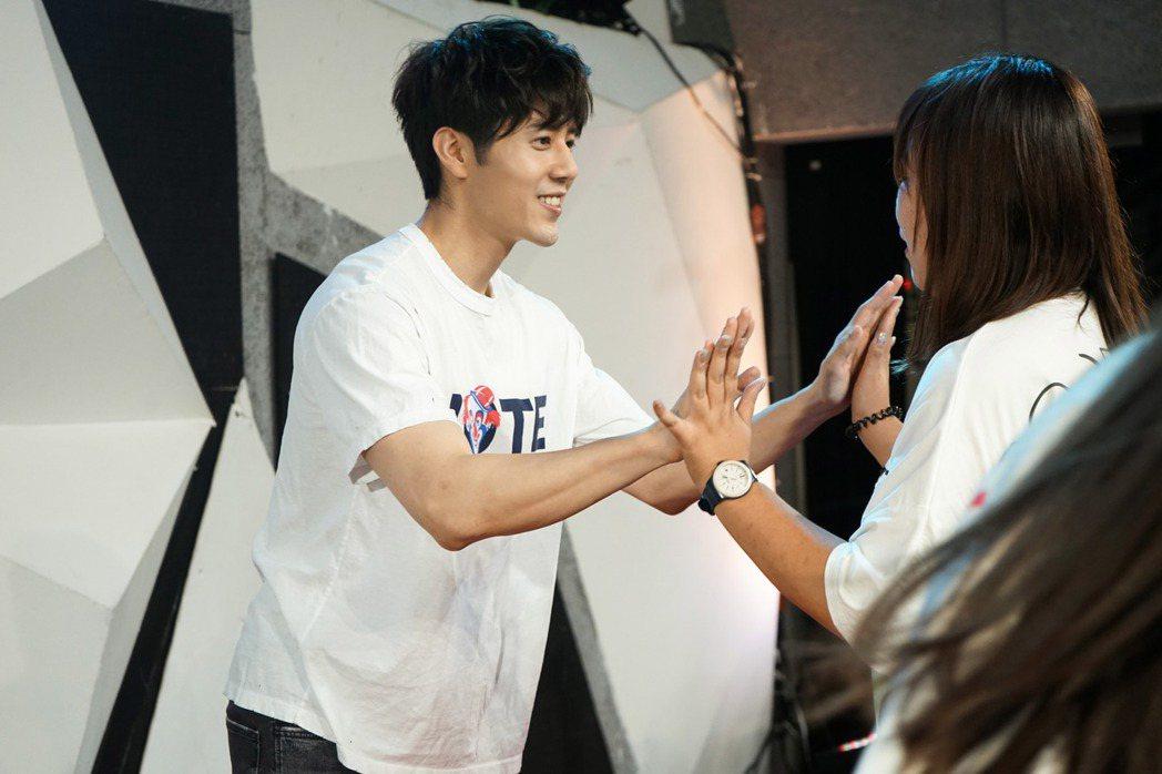 胡宇威15日在北京舉辦首唱會,和粉絲開心互動。圖/寶麗來國際娛樂提供