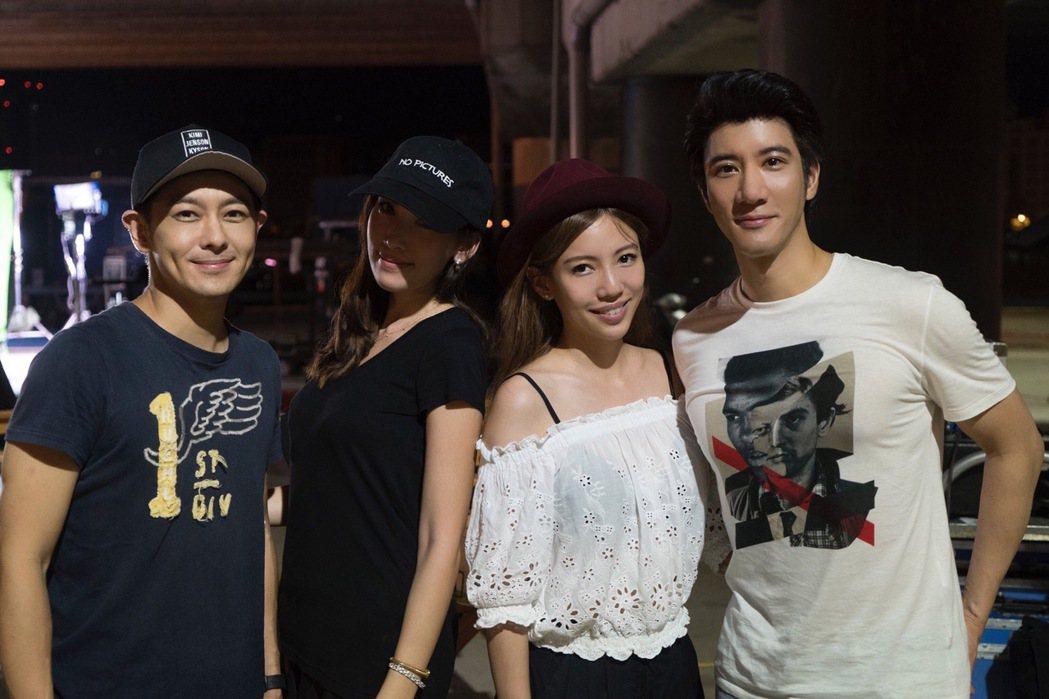 王力宏(右起)拍MV,老婆李靚蕾、出借豪車的林志穎(左一)也帶老婆來助陣。圖/宏