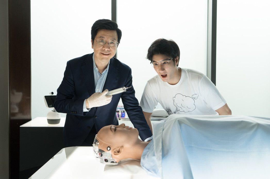 王力宏(左)拍MV,請到科技前輩李開復跨刀。圖/宏聲提供