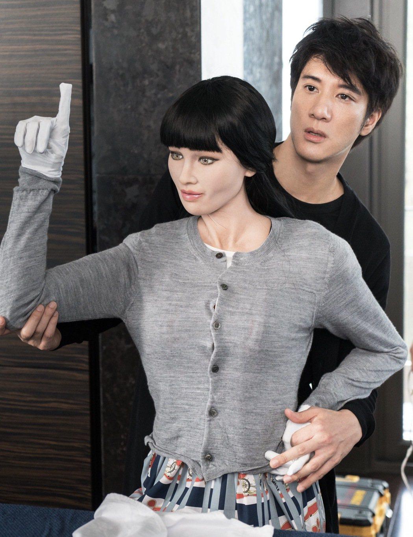 王力宏抱著機器假老婆。圖/宏聲提供