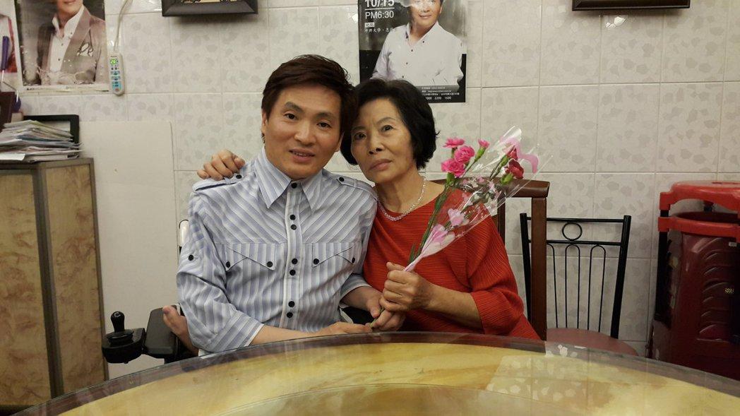 蔡義德與母親。圖/華特音樂提供