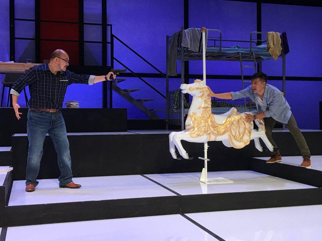 竇智孔(右)、劉亮佐演出舞台劇「莊子兵法」,戲外也曾有過被拿槍指頭的真實景況。圖...