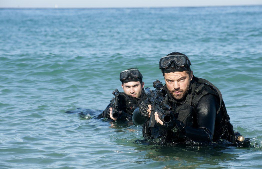 泰勒賀克林(左)與多明尼克庫柏為「金牌特勤隊」扛重裝備下海。圖/双喜提供