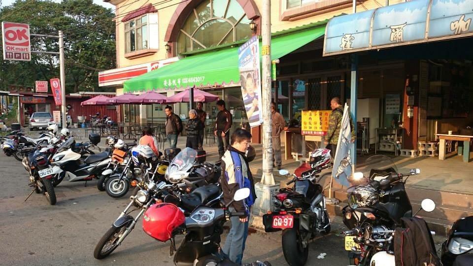 新竹縣關西鎮、台三線上的霍爾咖啡是重機車友專屬休息站,旁邊還有便利商店,車友最愛...