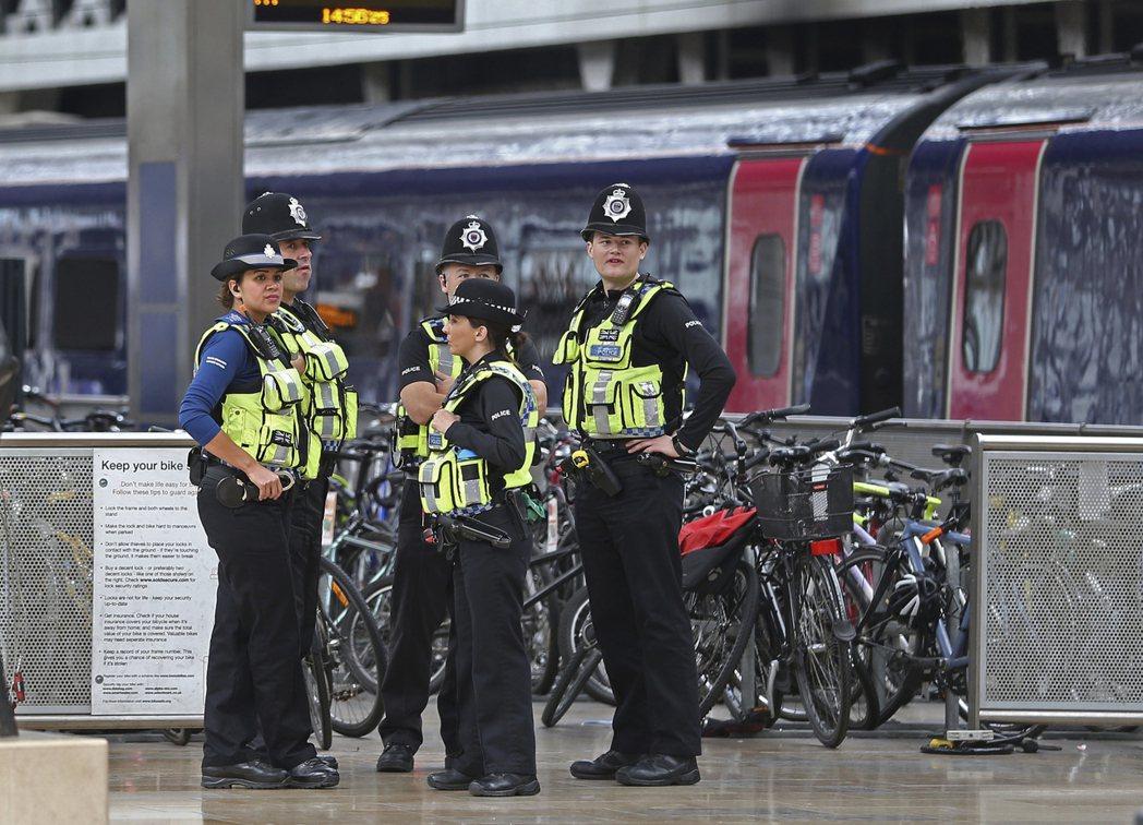倫敦發生地鐵恐襲後,地鐵月台的保安明顯加強。(美聯社)