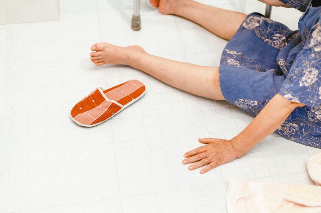 光滑磁磚的浴室容易造成滑倒,應特別留意防滑措施。 信義居家/提供