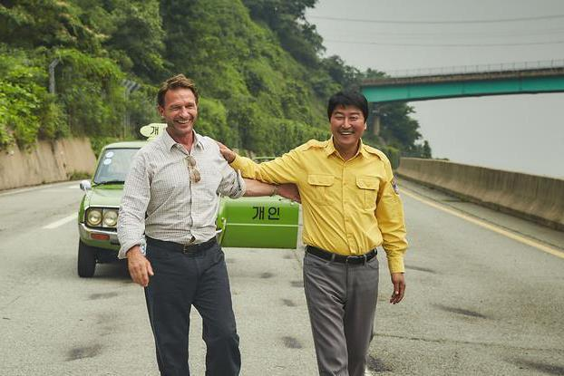 韓國電影「我只是個計程車司機」,由韓國演員宋康昊(右)和影星湯瑪斯.克瑞特許曼(...