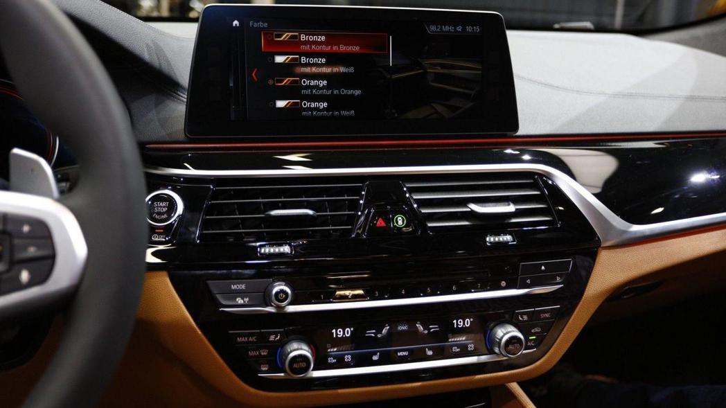 BMW Concept Z4 中控台與BMW iDrive觸控螢幕。 摘自BMW