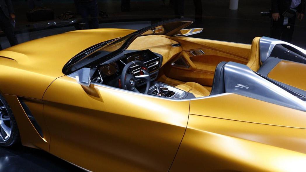 嵌上鋁合金材質的駝峰。 摘自BMW