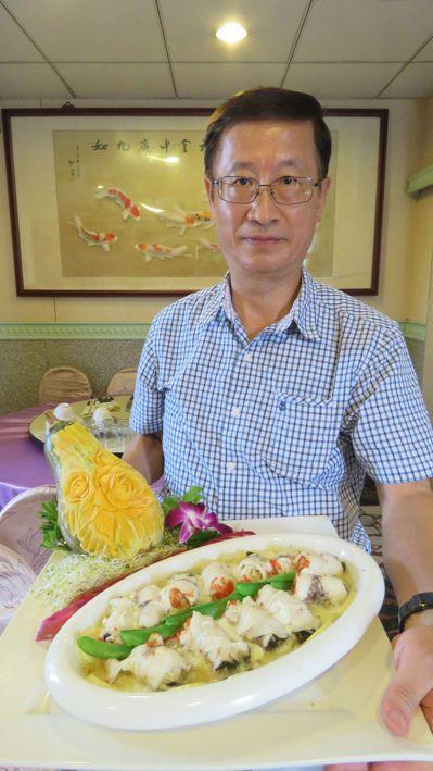 林振輝接手活魚餐廳,研發特色手工菜「美人腿藥膳魚捲」。 記者張弘昌/攝影