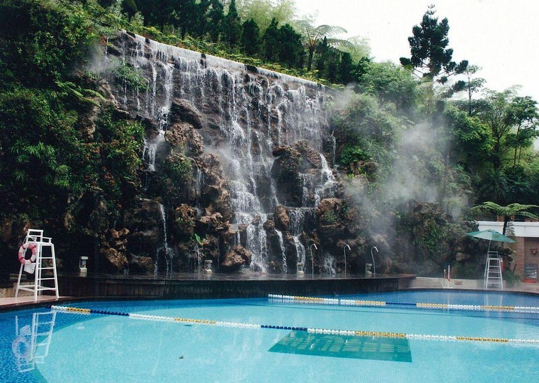 圖為整建完成的飯店造景瀑布及泳池。 圖/林振輝提供
