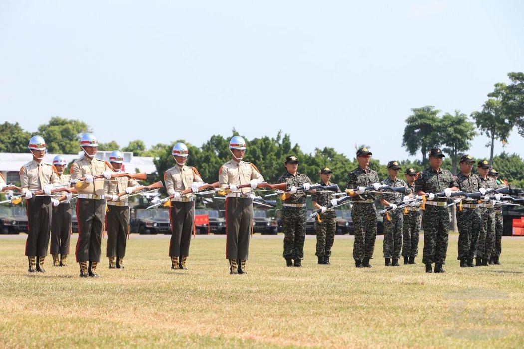 陸戰儀隊表演,現役(左)與退役(右)弟兄同台演出。 圖/軍聞社