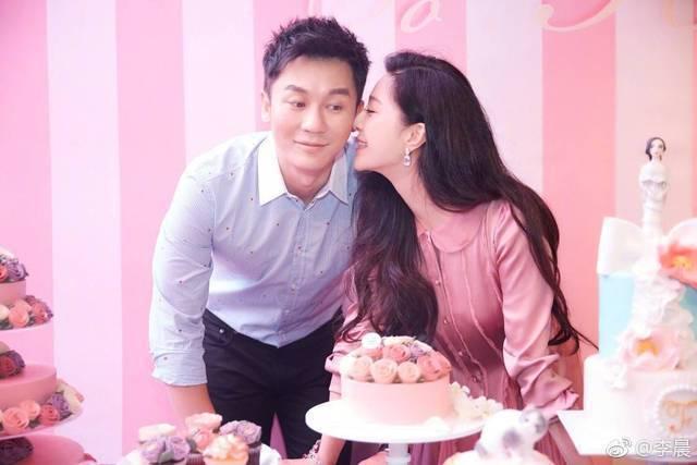 范冰冰(右)昨日深夜被李晨(左)求婚成功。圖/摘自微博
