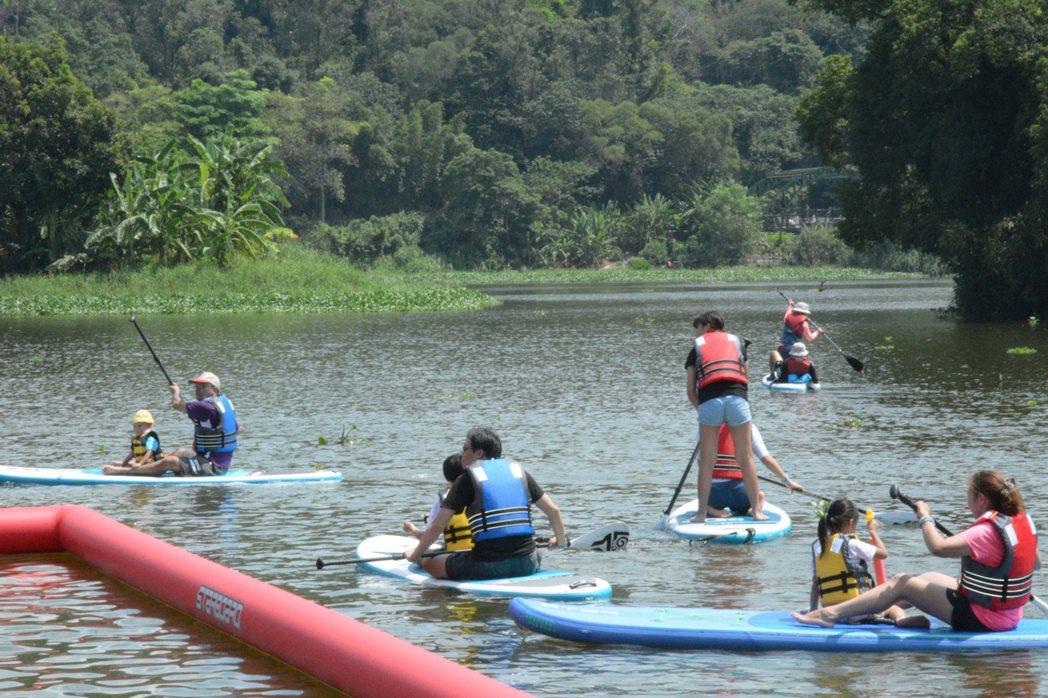 新竹市青草湖引進立式划槳(SUP),很多親子「同舟共濟」。記者林家琛/攝影