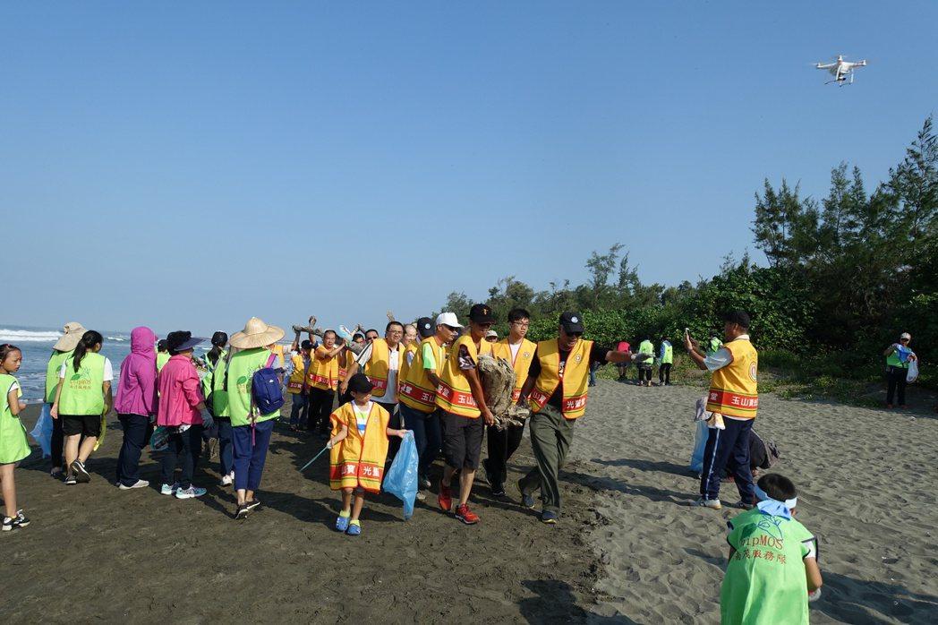 台南市環保局今天舉行秋季淨灘活動,清出約5公噸垃圾。記者鄭惠仁/攝影