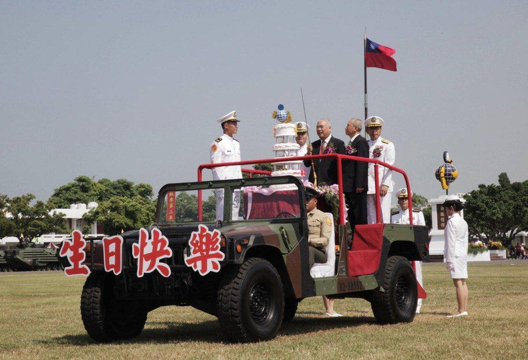 海軍陸戰隊今天70周年隊慶,邀老隊員代表上閱兵車切蛋糕。記者林保光/翻攝