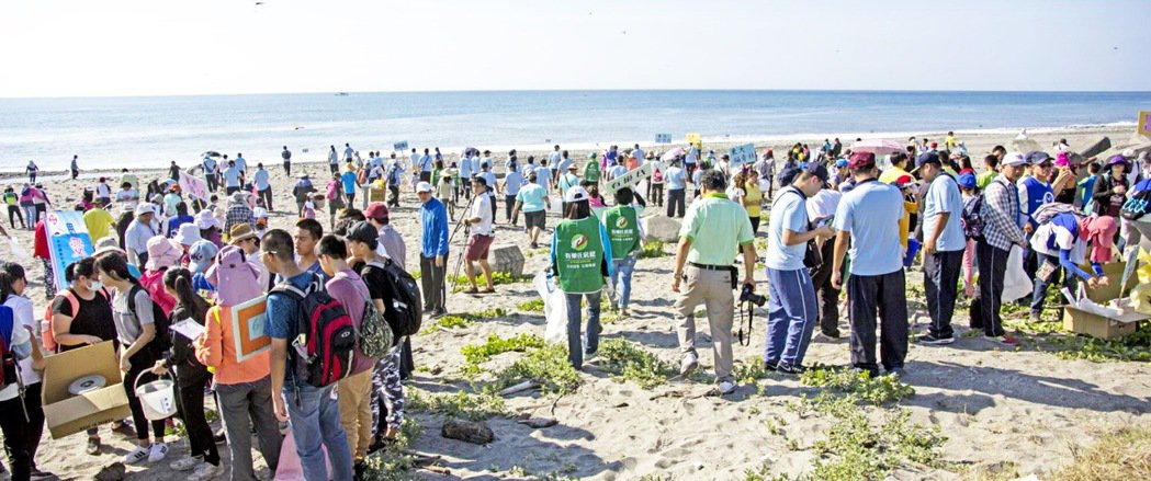 台東縣環保局今天上午動員5百餘人,在台東市豐谷南路底海濱淨灘,2小時就在沙灘上撿...