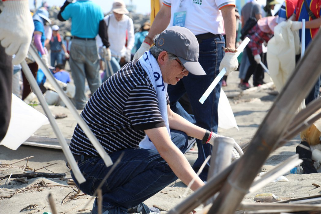 聯合報策略長何振忠不僅關心議題,更身體力行親自進行淨灘活動。記者洪上元/攝影