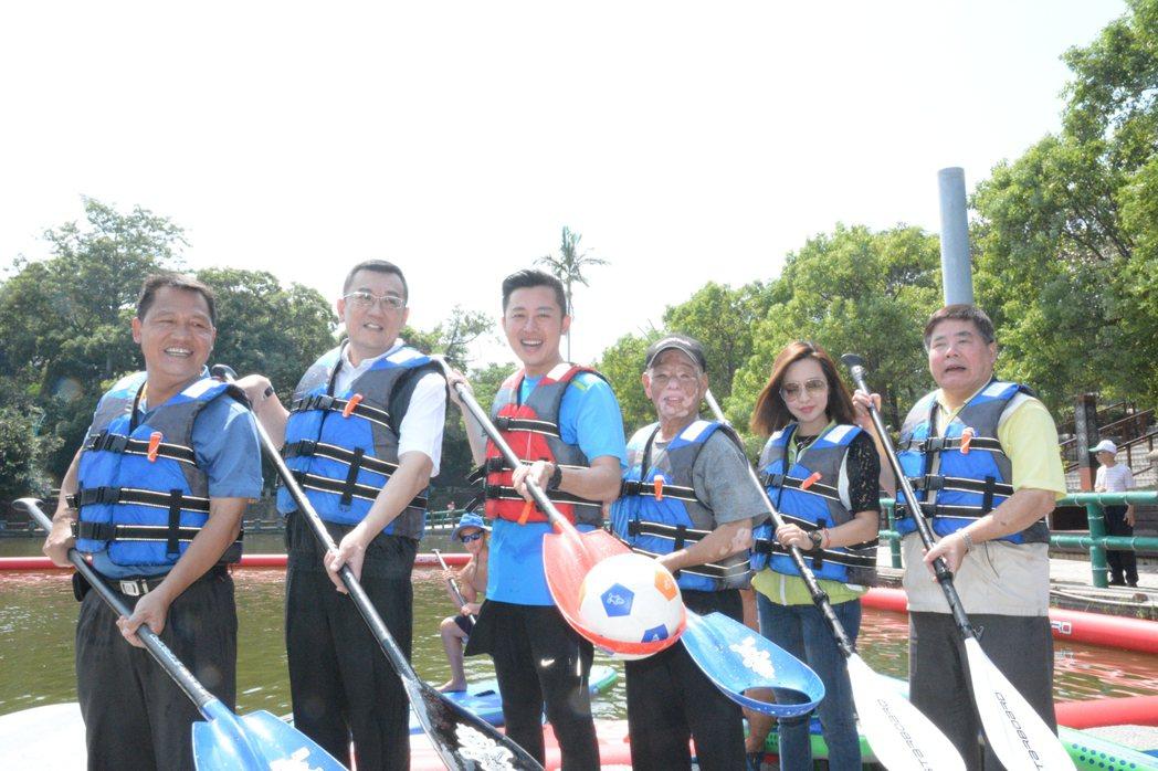 新竹市議員徐信芳(右三)為行銷青草湖,體驗立式划槳落水後,有趣模樣先引來笑聲,再...