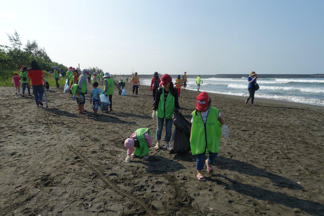 環保署推認養淨灘,沙灘的美麗需要民眾與企業團體一起來維護。記者鄭惠仁/攝影