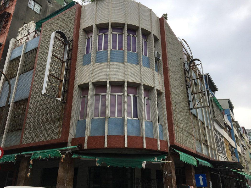 登山街35號莊宅興建於1950年代,街角圓弧造型、一樓及騎樓天花板採泥塑線腳裝飾...