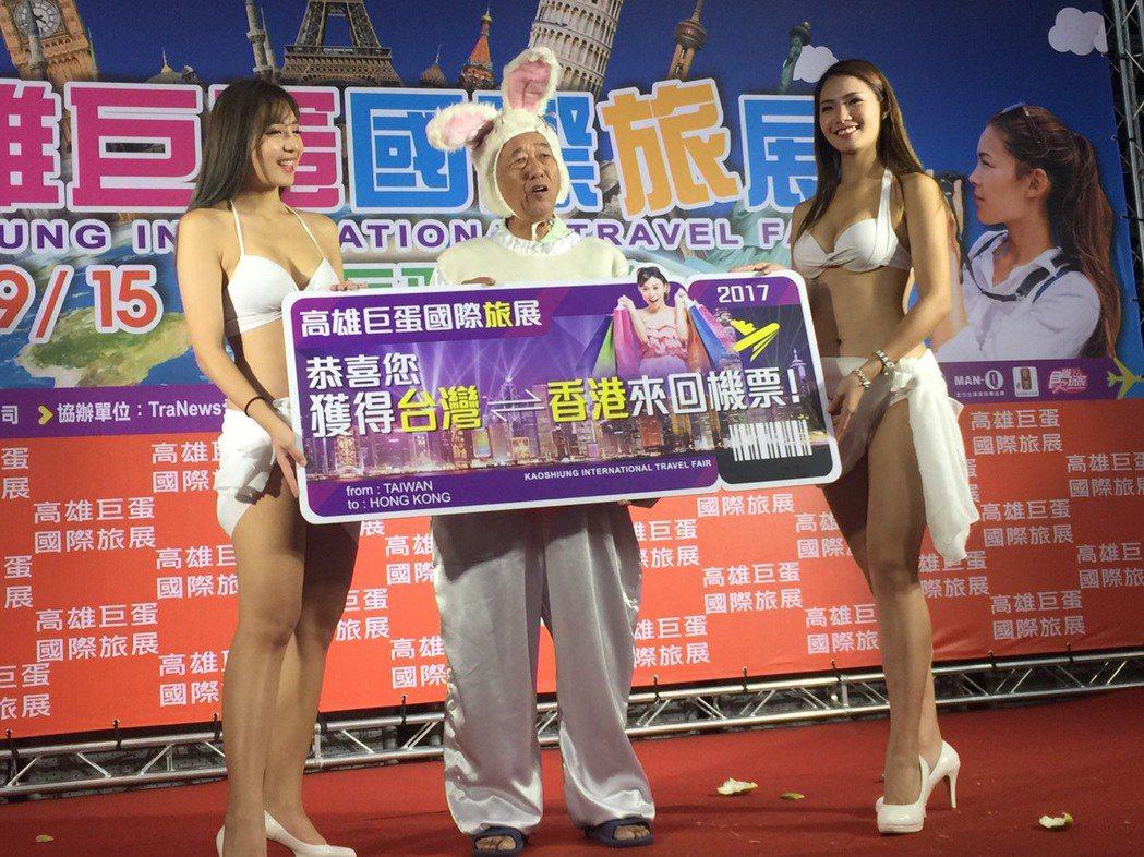 65歲曾先生終於拿到香港來回機票,他一下子吃了6個月餅,現在看到月餅會怕。記者謝...