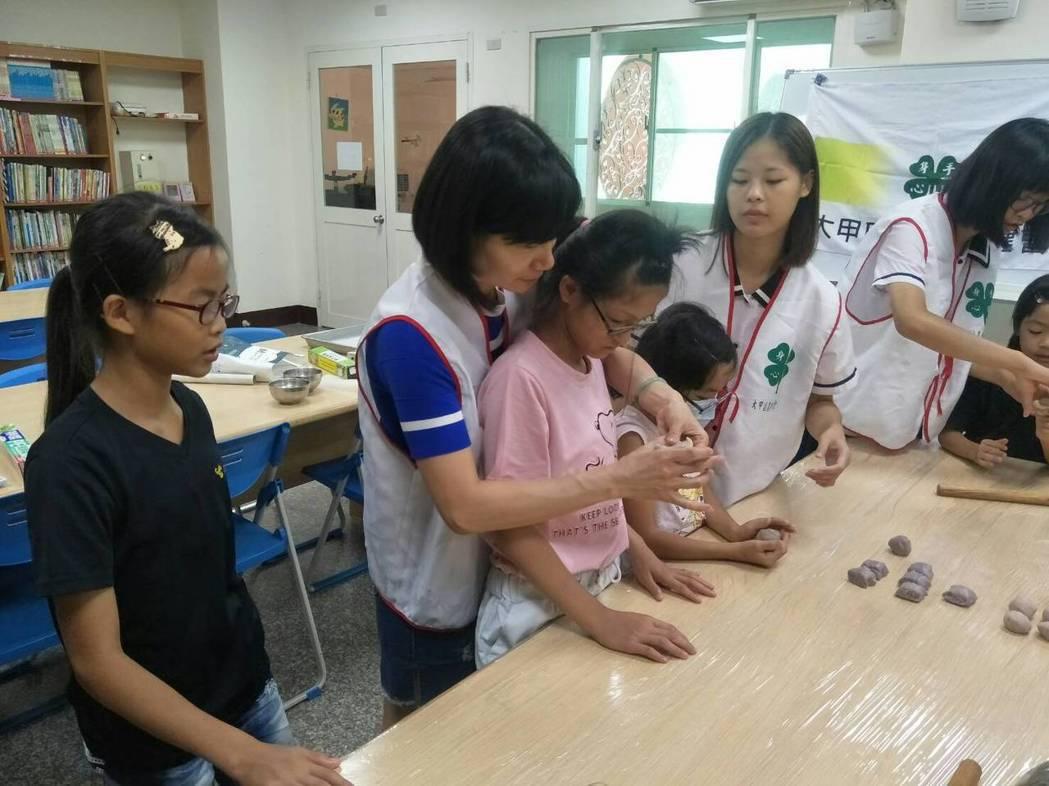 大甲農會四健會日前到大甲區的鎮瀾兒童之家,教導學童做芋頭酥。圖/大甲農會提供