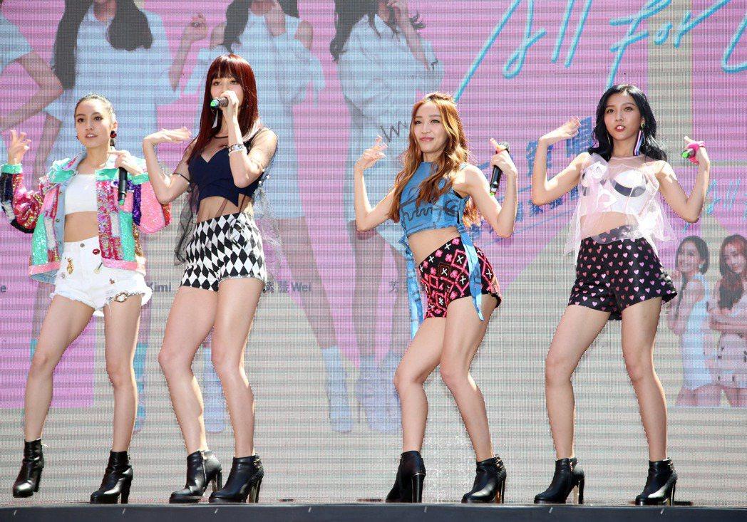 新女團「IVI」首張 EP愛為愛簽唱會。記者陳瑞源/攝影