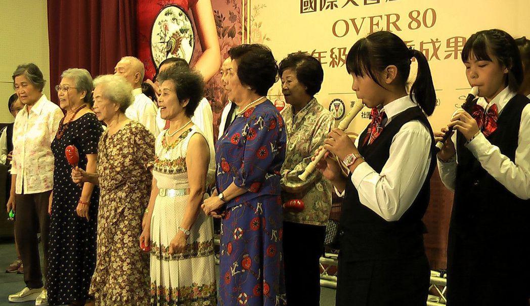 大同福樂學堂標榜老少共學,長輩與學童共同演出。記者徐如宜/攝影