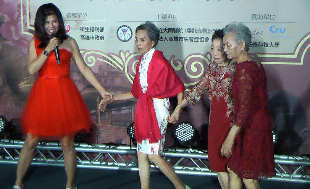 長輩們穿上舊年代服裝走秀,也充滿時尚感。記者徐如宜/攝影