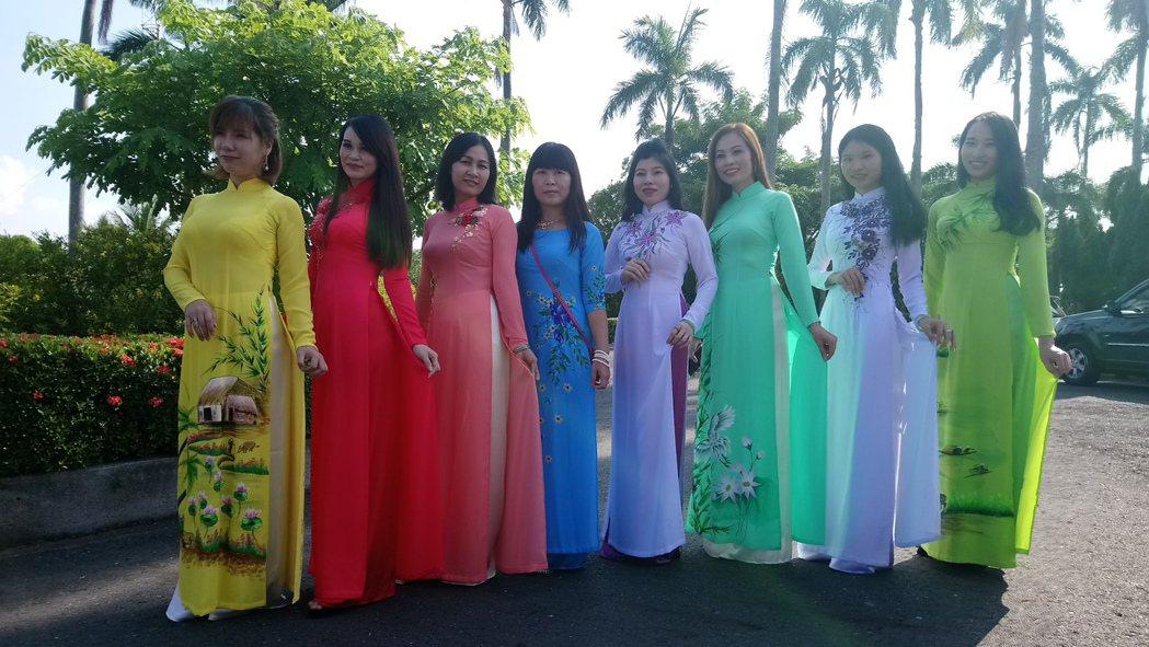 數十名越南新住民,今天穿著傳統越南服飾,到央廣國家廣播文物館過越南中秋節。記者卜...