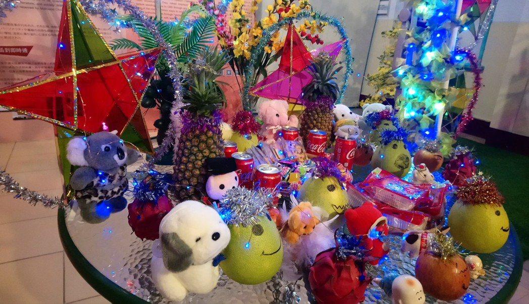 越南過中秋節會準備一桌水果及玩偶,讓小朋友活動後拿回家。記者卜敏正/攝影