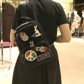 女子選物/PRADA快閃店限定 每天換表情的徽章包