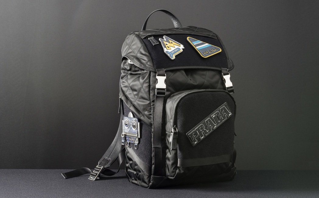 PRADA徽章尼龍後背包(含4個徽章貼片)65,500元。圖/PRADA提供