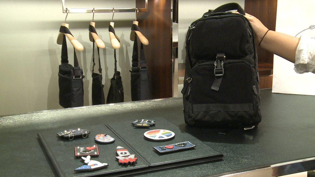 PRADA快閃店限定限量的徽章系列尼龍斜背包,售價40,400元,還有各式可愛的...