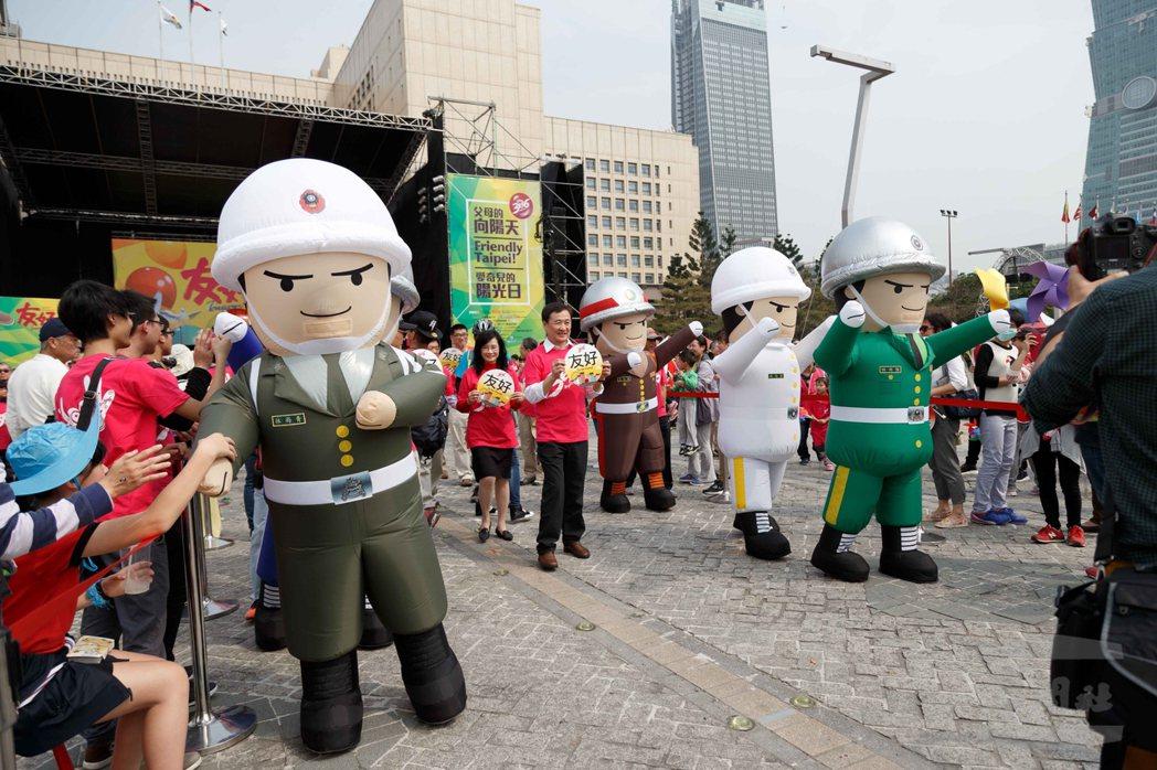 今年3月的「336愛奇兒日」活動,國防部派出充氣人偶娃娃支援,頗受小朋友歡迎。圖...