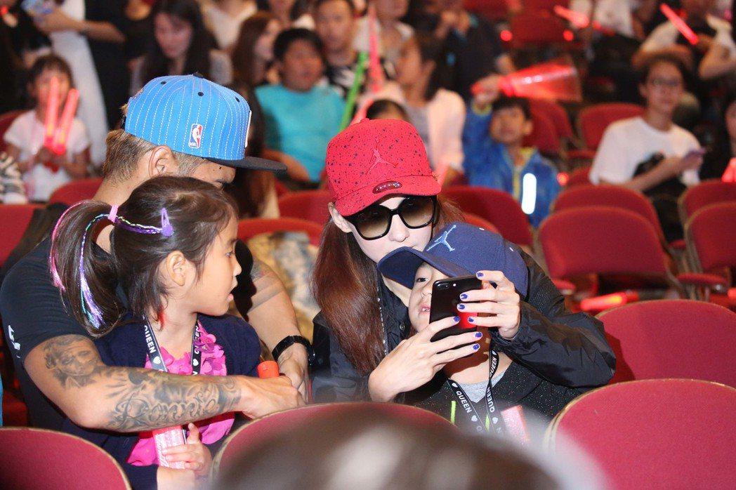 鄧紫棋「Queen of Hearts」回到香港,張柏芝與弟弟等家人一起來觀看。...