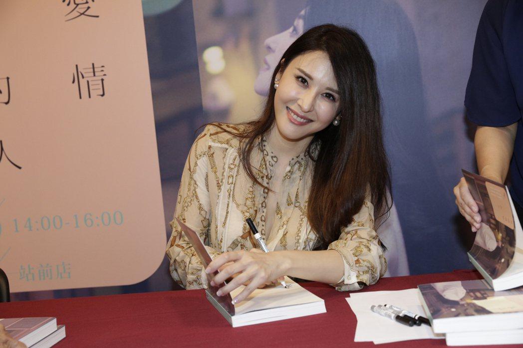 穆熙妍開心幫粉絲簽名。圖/尖端出版提供