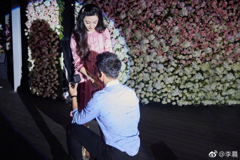 李晨(右)下跪向范冰冰(左)求婚。圖/摘自微博
