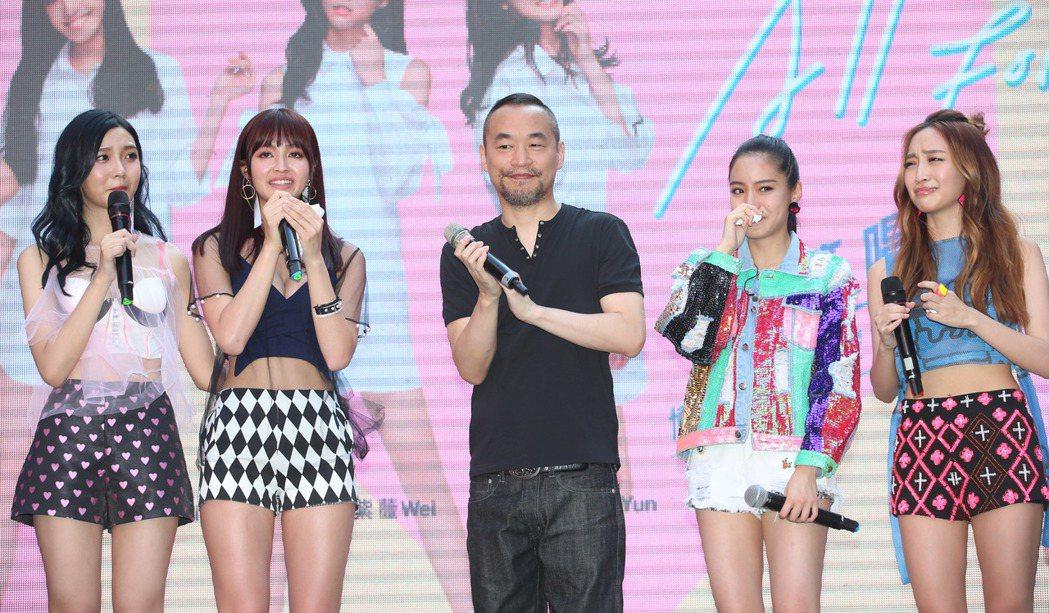 新女團「IVI」首張 EP舉辦簽唱會,老闆黃立成到場送大禮。記者陳瑞源/攝影