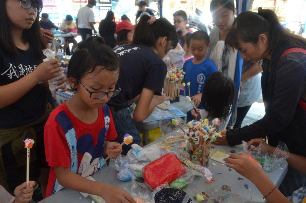 台南國際兒童影展今天結合藝術市集,透過手作激發學生想像力。記者鄭惠仁/攝影