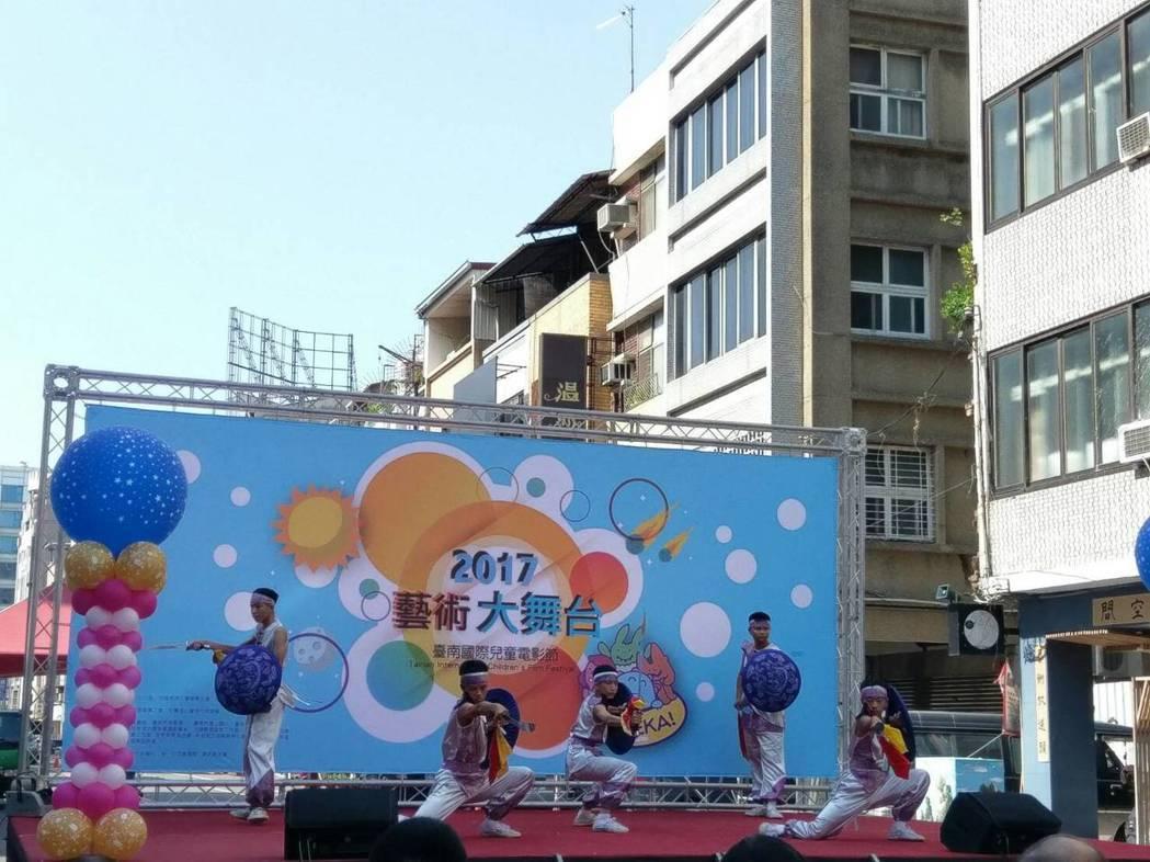 台南國際兒童影展今天結合藝術舞台,讓學生透過表演展現自信心。記者鄭惠仁/攝影