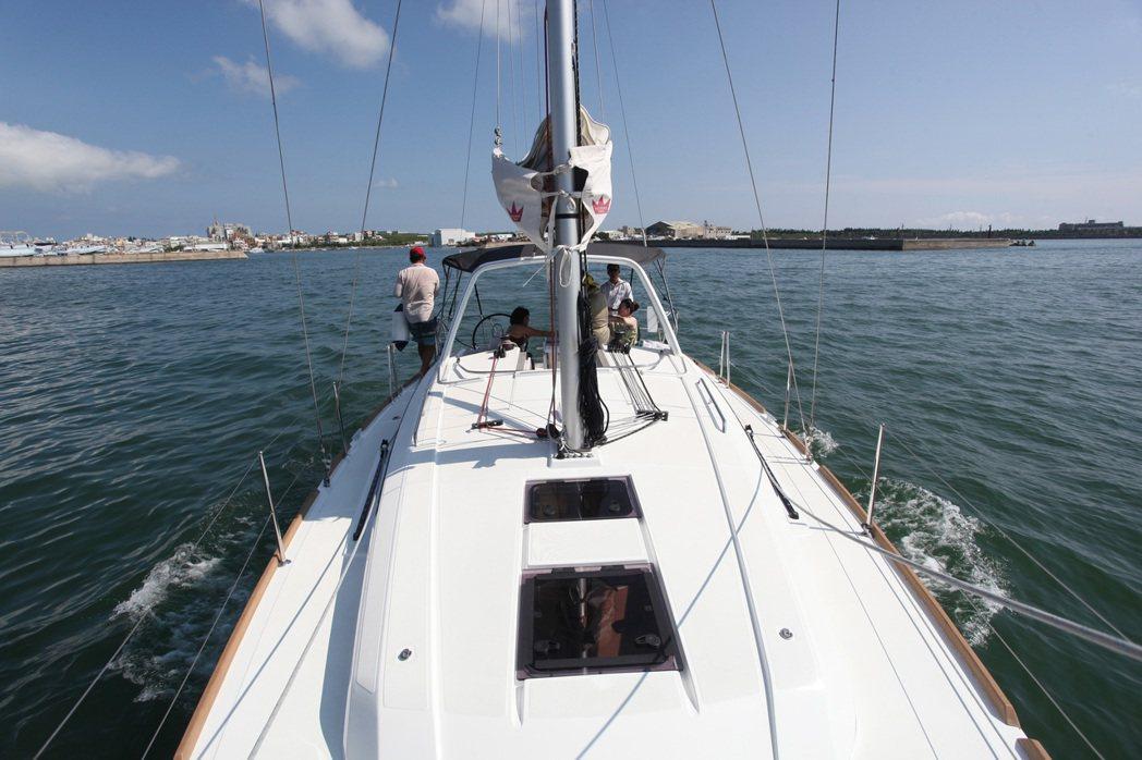 帆船遊可以錨泊在海灣上,享用點心、跳水、SUP等活動。記者劉學聖/攝影