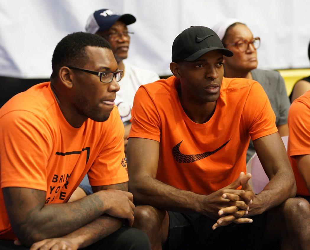 璞園Q.戴維斯(右)現身花蓮觀護盃國際籃球邀請賽場邊。圖/觀護盃提供
